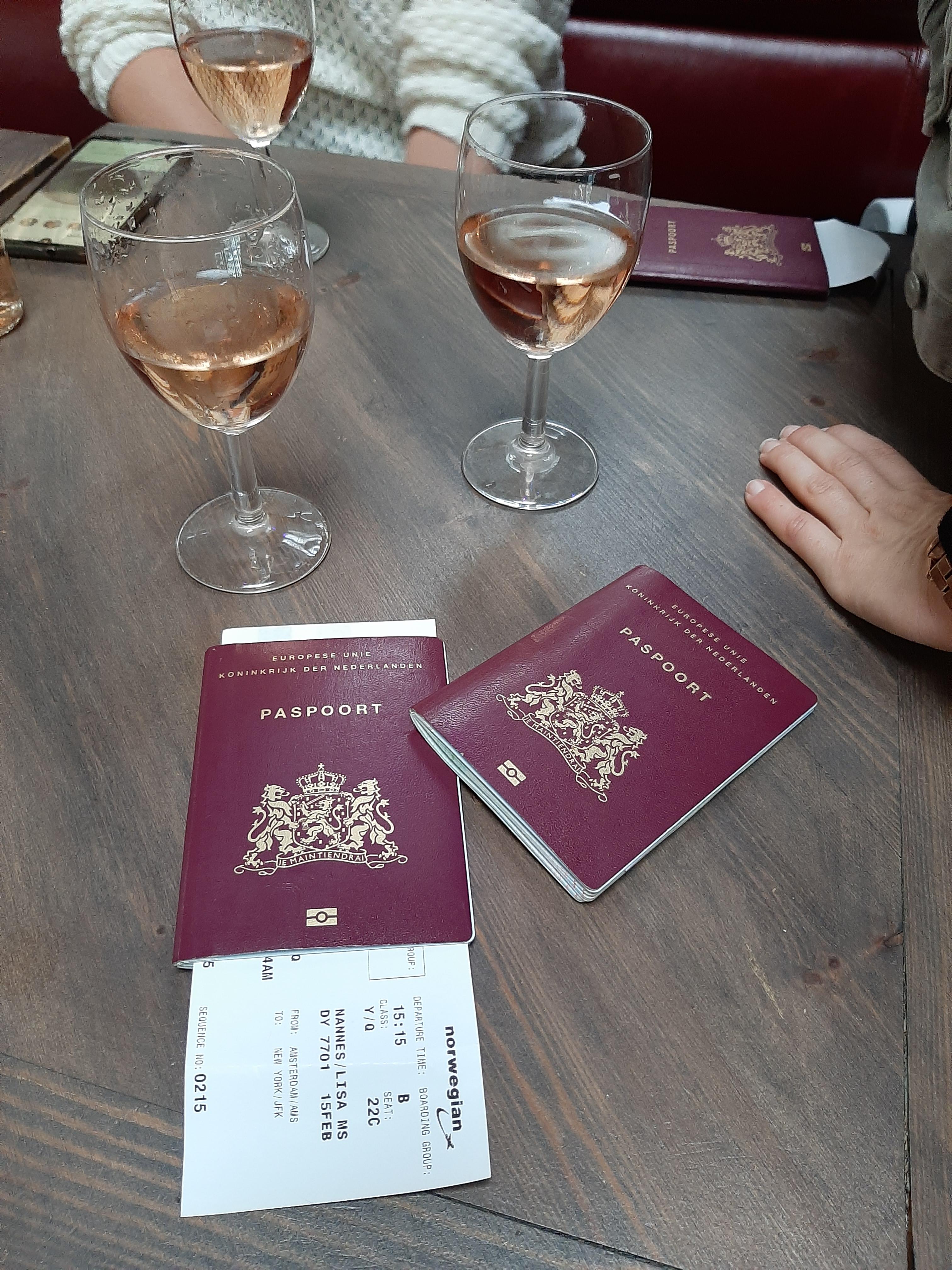 Uiteraard begonnen we onze trip met een wijntje op Schiphol
